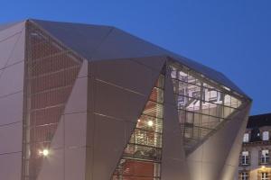 Geometryczna bryła kina według francuskich architektów