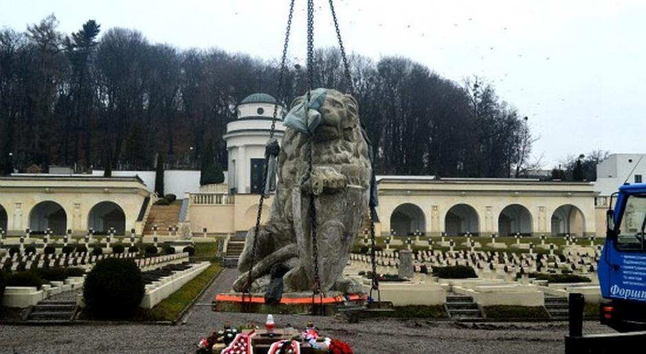 Zabytkowe lwy powróciły na Cmentarz Orląt Lwowskich