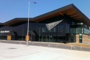 Lotnisko w Szymanach otwarte. Lokalny koloryt i motyw odlatujących żurawi