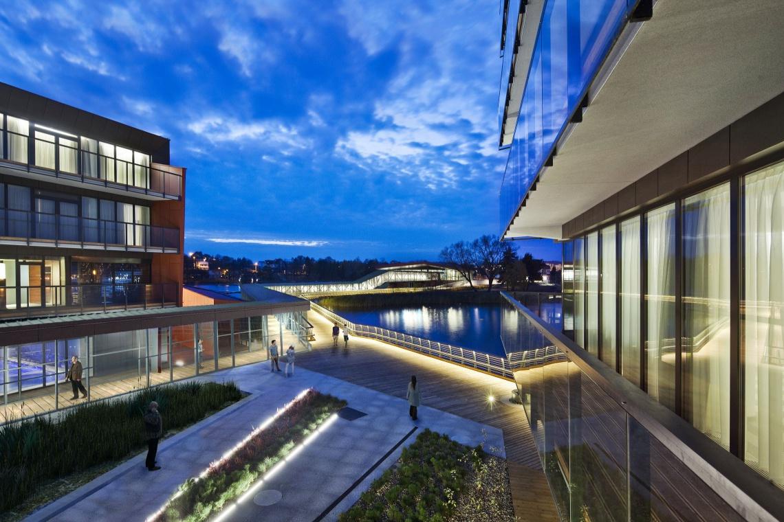 Szklany tunel hotelu Mikołajki - atrakcja nie tylko architektoniczna