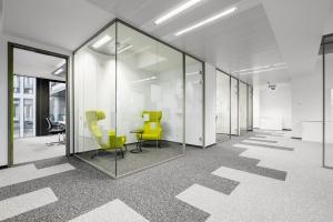 Biznesowy charakter biura przełamany soczystymi kolorami