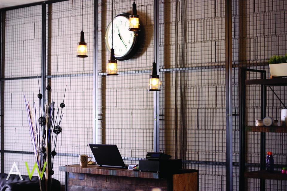 Salon fryzjerski w stylu industrialnym od AW Interior Design