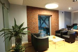 Drewno, cegła i szkło. Biuro Elektror w zupełnie nowej odsłonie
