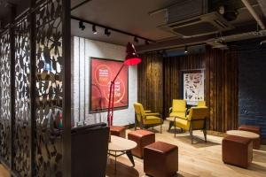 Ta sieć kawiarni stawia na nowoczesny design i przyjazną atmosferę