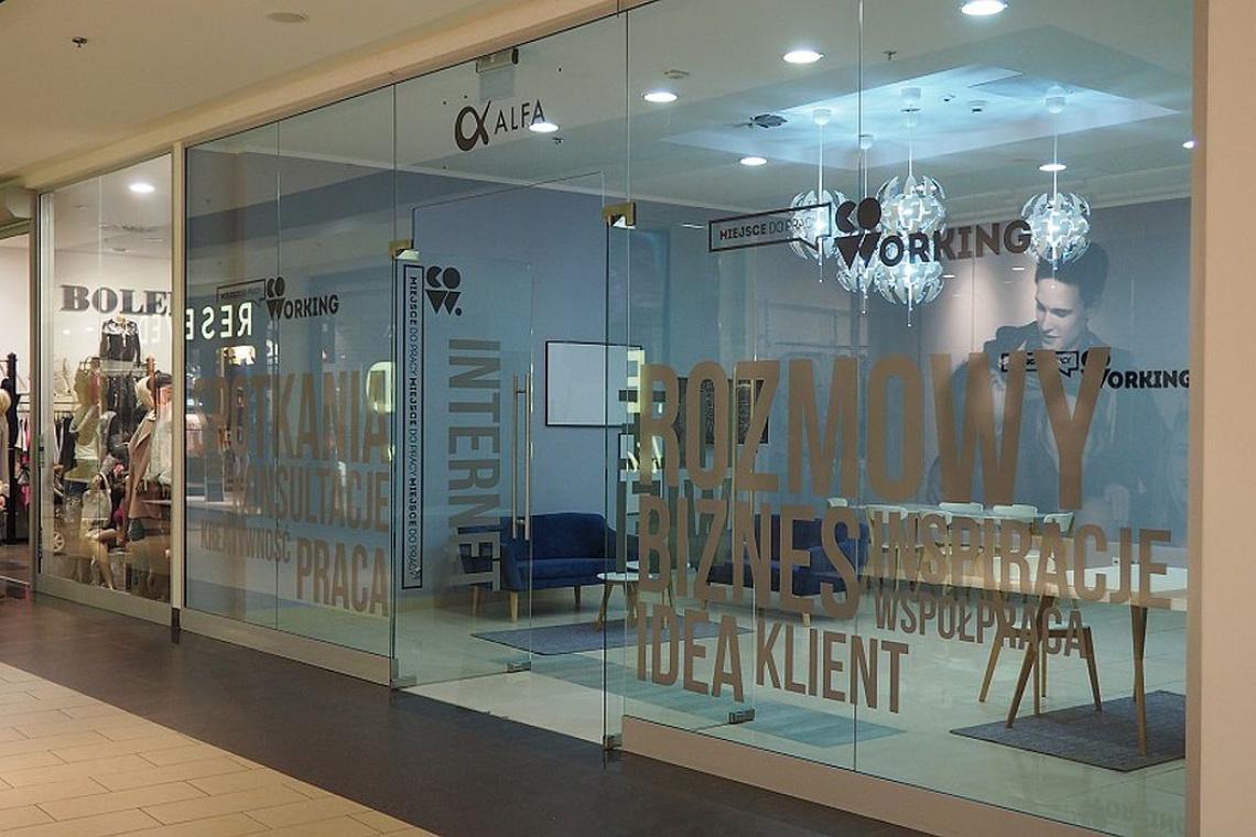 Inspirująca strefa co-workingu w centrum handlowym