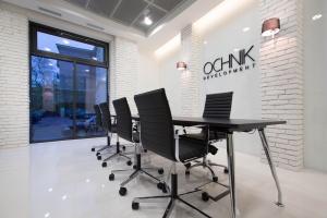 Biała cegła i zielony mech - nowoczesne biuro sprzedaży Ochnik Development