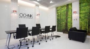 Biała cegła i zielony mech - nowoczesne biuro sprzedaży