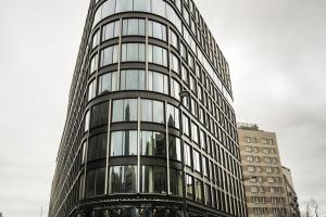 Szkło, kamień i metal - już widać unikatową fasadę biurowca Astoria