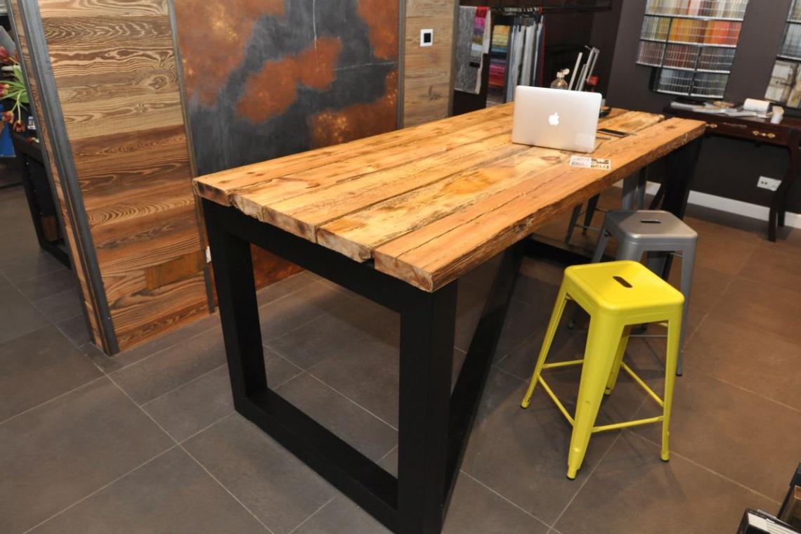 Trendy w wyposażeniu: Proste stalowe formy i ciepłe drewno