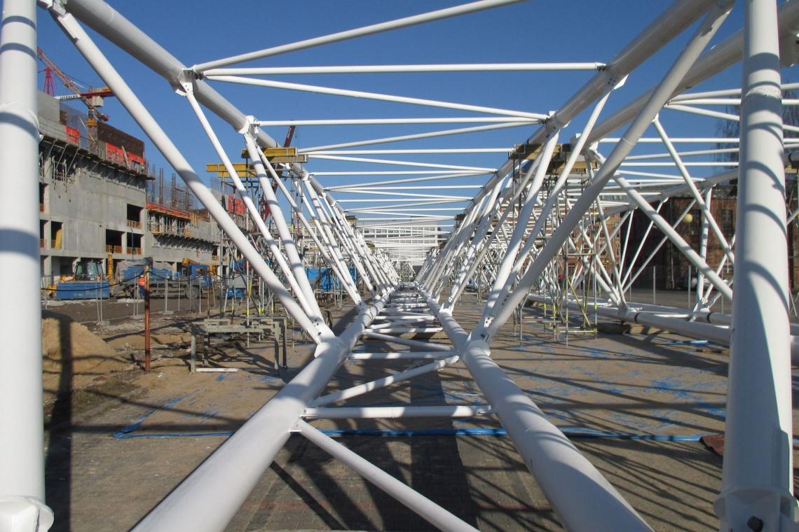Widowiskowy montaż gigantycznej konstrukcji dachu basenu w Łodzi
