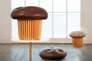 Śmieszne i dziwne meble: sofa hamburger, puf muffinka...