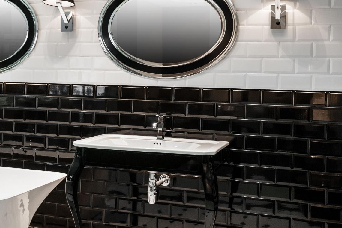 Hotelowa łazienka w dobrym świetle. Jak je zaplanować?