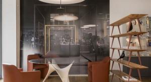 Zobacz, jak Norman Foster projektuje meble