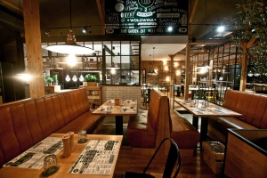 Drewno, beton i mozaiki - niezwykła restauracja Pino Garden
