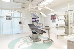 Oto wzorcowa sala operacyjna. Tu się szkolą architekci, lekarze i producenci
