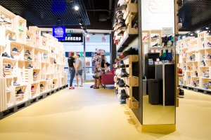 "Sneakers by Distance  - surowe wnętrze w duchu ""clever design"""