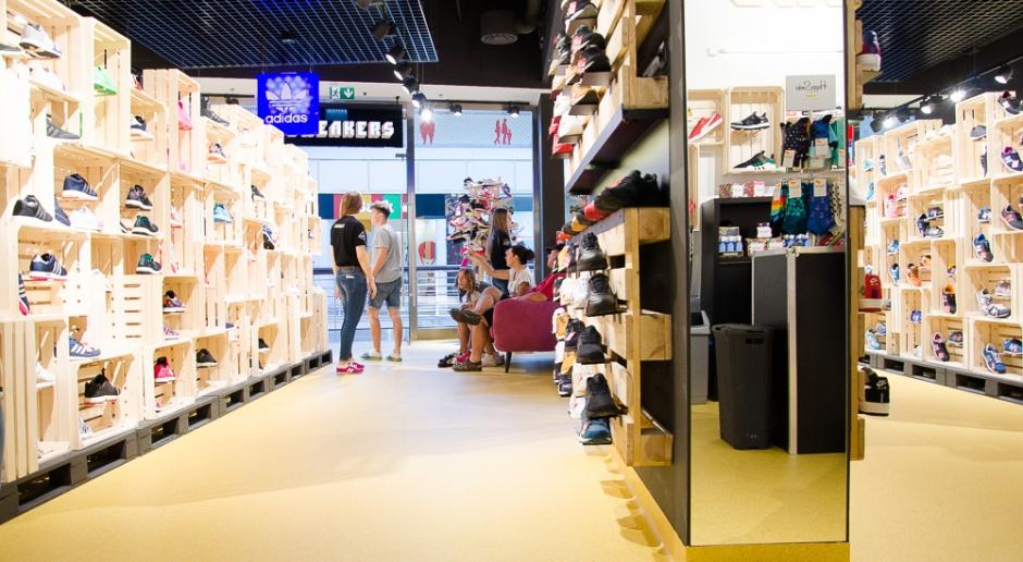 Sneakers by Distance  - surowe wnętrze w duchu