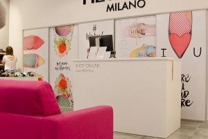 Hego's Milano ma salon w Manufakturze. Piękny, szary beton tłem dla kolorowej kolekcji