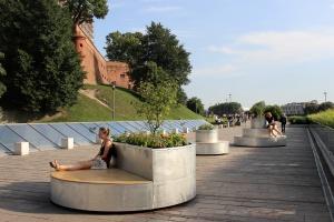 U podnóża Wawelu stanęły takie niezwykłe meble