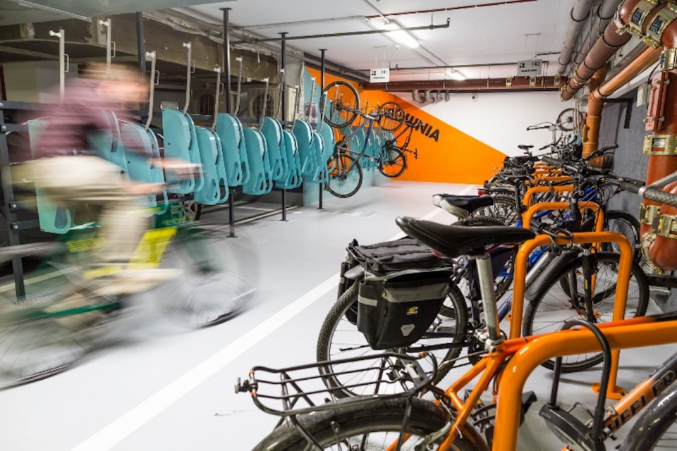 Rowerownia w biurowcu łączy profesjonalizm z designem