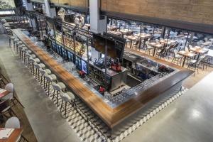 Bar na prawie 40 metrów, największy żyrandol, a do tego nuta luzu i elegancji - oto STIXX Grill&Bar