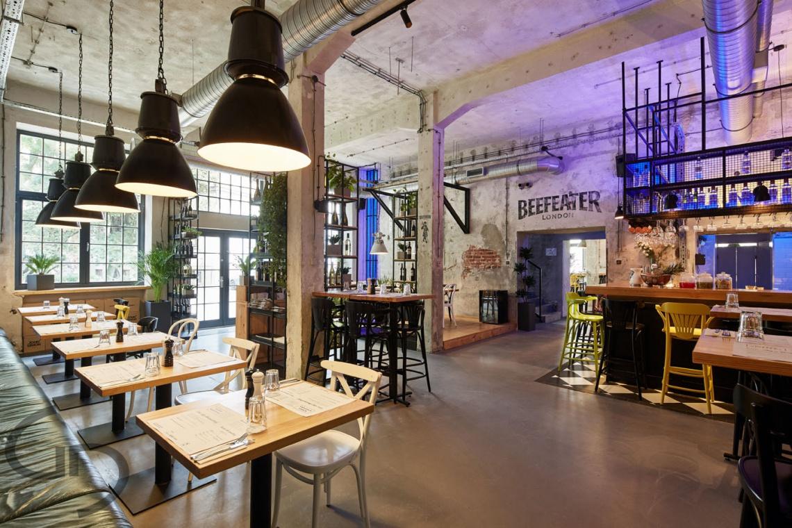 Industrialne wnętrze z oryginalnymi elementami fabryki tytoniu. Oto restauracja Międzymiastowa