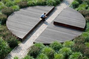 Meble miejskie mogą być naturalne, dobrej jakości i możliwe do recyclingu