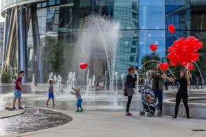 Tętniący życiem plac na warszawskiej Woli. Zobacz film o Placu Europejskim