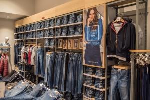 Pierwszy taki salon Cross Jeans. Stawia na autentyczność i oryginalność