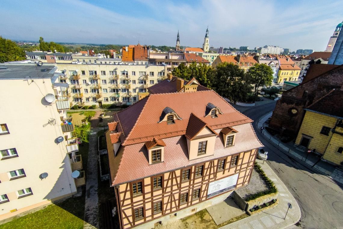 """Zabytkowe budynki z ceramiczną """"łuską"""" na dachu"""