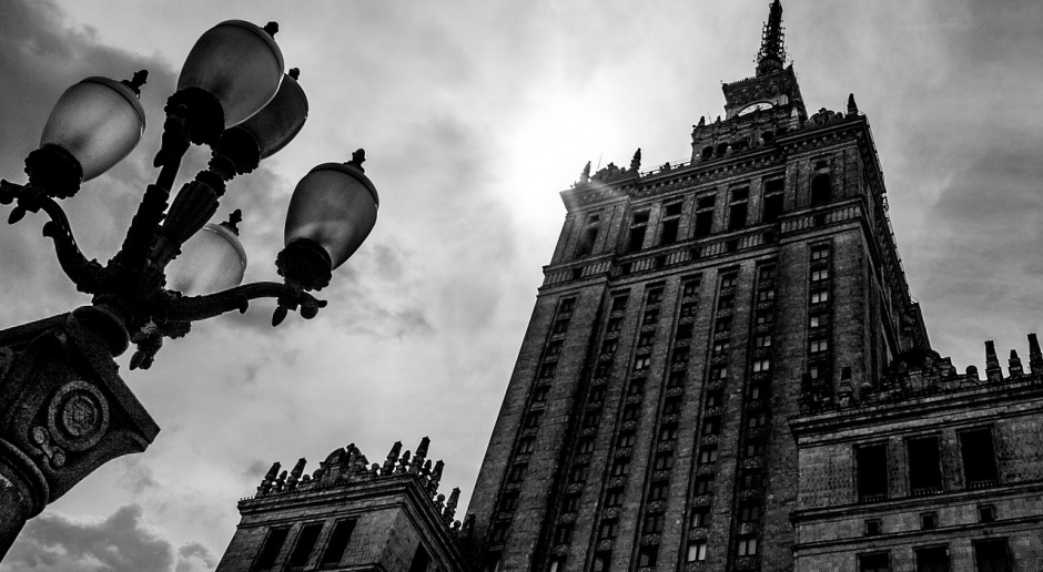Sztuka w czasach PRL-u, czyli polska szkoła plakatu, socrealistyczna architektura i neony