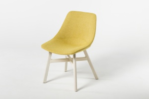 Drewno to podstawa. Fotele i krzesła projektu Piotra Kuchcińskiego w nowej odsłonie