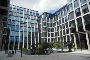 Elegancja i ponadczasowość w biurowcu
