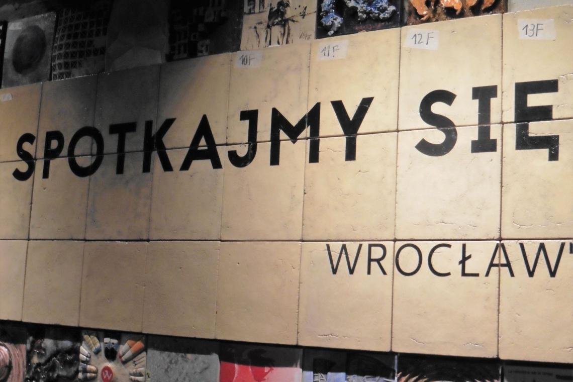 We Wrocławiu powstał największy ceramiczny mural. To wspólna praca artystów z 34 krajów