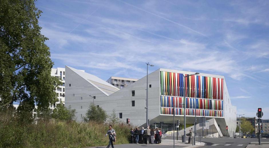 Magia kolorów na planie trójkąta. To centrum od JDS Architects