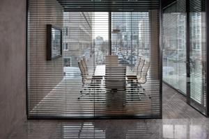 Biura w klimatycznym wieżowcu - tak urządza się je w Cosmopolitan