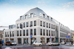 Plac Zamkowy - Business with Heritage i ulica Senatorska ze świąteczną iluminacją