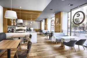 Ściana z 2740 filiżanek, a inspiracją lata 20. - oto nietuzinkowa kawiarnia w sercu Gdyni