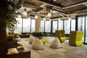 Pianino w biurze i zebranie na rowerach - zobacz  nowe biuro Sage