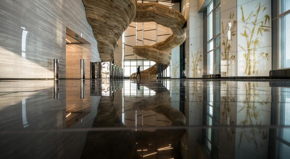 Rzeźbiarskie tornado w Izraelu. Zobacz niezwykłe wnętrze biurowca