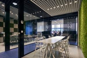 Młodzi i dynamiczni - zobacz minimalistyczne biuro projektu Rave Architects