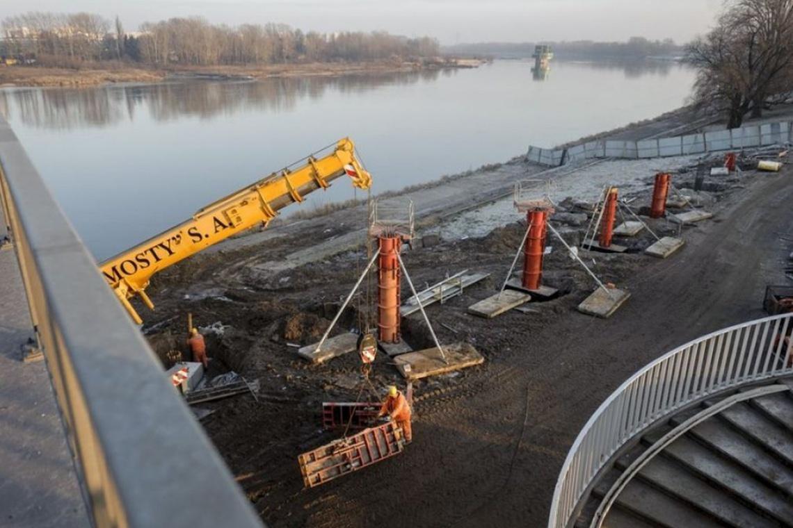 Rowery i piesi na Moście Łazienkowskim. Na starcie budowa kładki