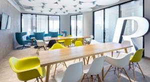 Nowoczesne biuro - zamiast biurek przestrzeń wspólnej pracy