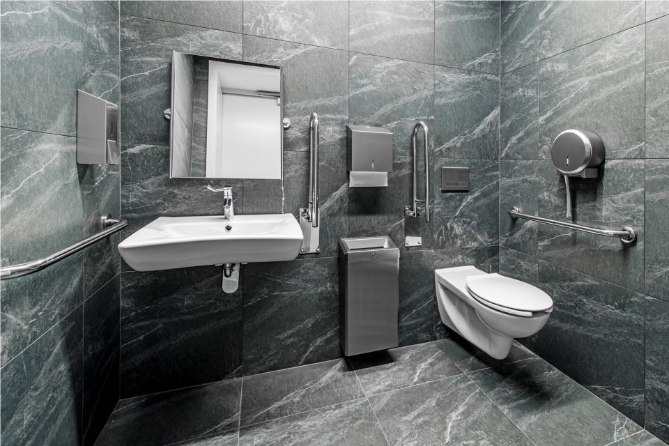 Biura potrzebują eleganckiego zaplecza. Zobacz łazienki w Q22