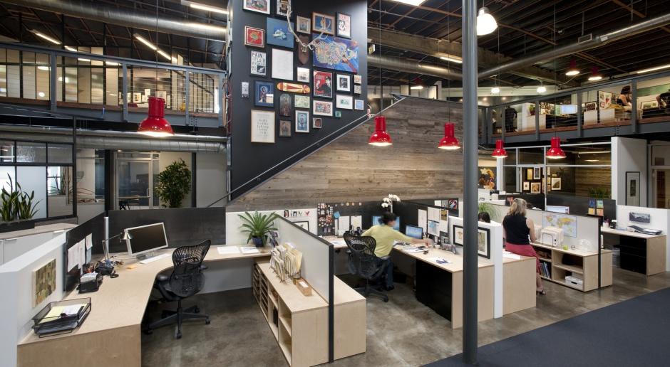 32 szczęśliwych pracowników i... biuro w dawnej fabryce trumien