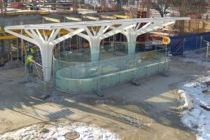 Szklane tafle jak konary drzew. Nowe wejście do metra na finiszu