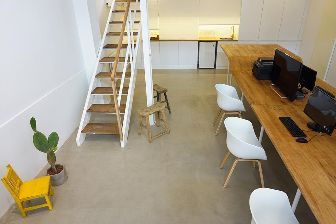 W Mega Stół w centrum biura - domowe klimaty w pracy - Design KB65