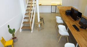 Stół w centrum biura - domowe klimaty w pracy