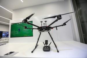 Designerski salon pełen dronów