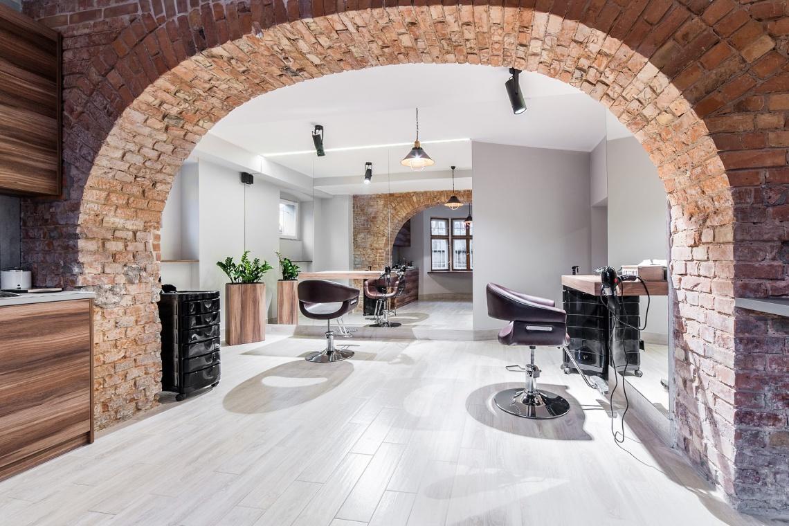 Stylizacja w duchu tradycji. Zobacz salon fryzjerski w stuletniej kamienicy